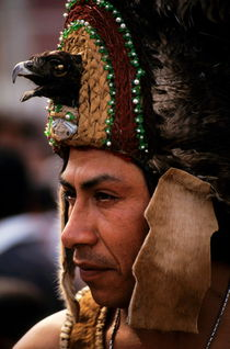 Indian man wearing a traditional headdress during the festival of the Day of the Virgin of Guadalupe in Mexico City von Sami Sarkis Photography