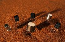 Computer Chips On Red Sand von Sami Sarkis Photography