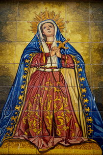 Faience mural depicting the Virgin Mary on a wall  in the suburb of Barrio de Santa Cruz in Seville von Sami Sarkis Photography