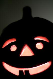 Halloween Jack o' Lantern glowing at night. von Sami Sarkis Photography