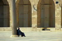 Man sitting inside the Great Mosque of Aleppo von Sami Sarkis Photography