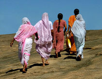Barefoot Indian Ladies von serenityphotography