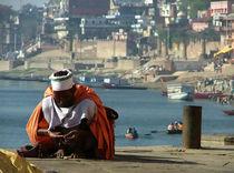 Saddhu Sits Varanasi von serenityphotography