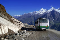 Bus-descending-rhotang-pass