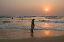 Woman in Sari at Sunset at Benaulim Beach von serenityphotography