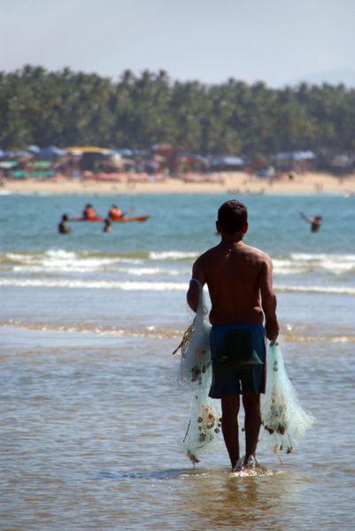 Fisherman-carrying-nets-palolem