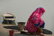 Woman in Pink Sari by Ganges von serenityphotography