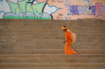 Saddhu-walking-on-ghats-with-graffiti-in-backgroung