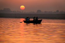 Rowing Boat on the Ganges at Sunrise von serenityphotography