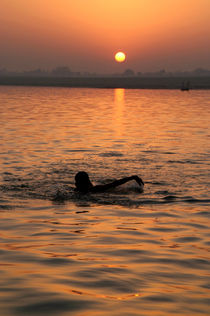 Swimming in the Ganges at Sunrise von serenityphotography