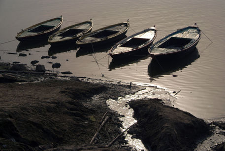 Boats-in-the-ganges