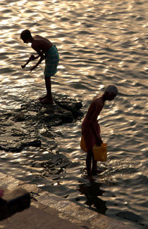 Collecting-water-from-the-ganges