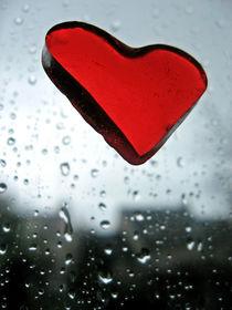 Red Heart & Rain by blackscreen