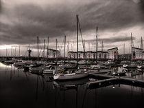 Black and White Harbour von Fiona Messenger