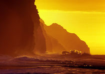 Cliff wave crash, orange sunset, Kauai, USA von Tom Dempsey