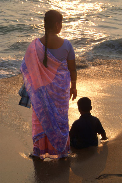 Woman-in-pink-and-blue-sari-with-child-varkala
