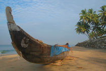 Boat and Palms on Black Beach Varkala von serenityphotography