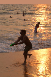 Frisbee Thrower on Varkala Beach at Sunset von serenityphotography