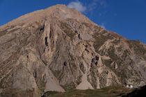 House-dwarfed-by-mountain-way-to-thorung-phedi
