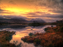 Golden Sunrise Over Loch Ba von Amanda Finan
