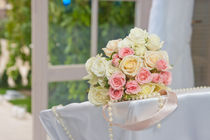 Wedding flower bouquet of roses and pearls von volyanski-dot-com