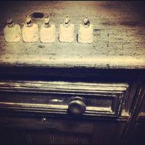 Antique salt-shakers on a buffet von Jinnie Davel