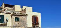 Sizilien, Häuserreihe mit Ausblick von sandarine