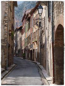 Katalanische Häuser in engen Gassen in den Pyrénées-Orientales von Yvonne Reuter