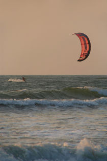 Kitesurfing at Sunset Mandrem von serenityphotography