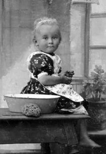Kind mit Waschschüssel - um 1900 von Tibor Hegewisch