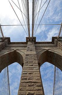 Brooklyn Bridge vor blauem Himmel von buellom