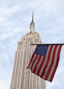 Empire State Building und amerikanische Flagge