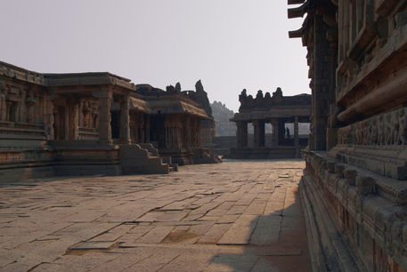 In-the-courtyard-of-vittala-temple-02