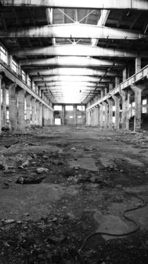 straight, abandoned USSR factory in black and white. von Daria Phobia