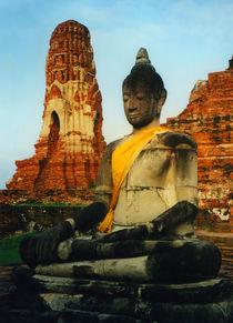 Robed Buddha Statue von serenityphotography
