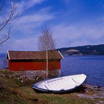 weisses ruderboot vor rotem haus am fjord by helmut krauß
