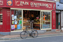 Bakery and Pastry shop in Etretat, France von Louise Heusinkveld