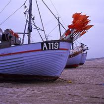 fischerboote auf dem sandstrand by helmut krauß