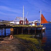 typisch hafen: geruempel, masten und ein segel von helmut krauß