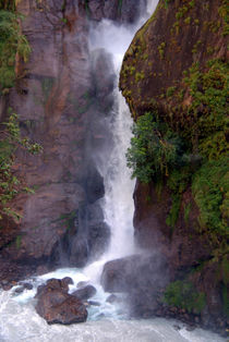 Crashing-waterfall-into-marsyangdi-river