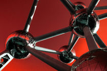 The Atomium in Red  von Rob Hawkins