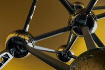 The Atomium in yellow von Rob Hawkins