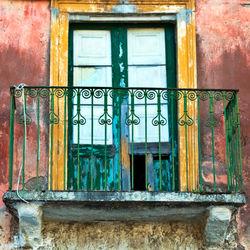 Fassade-rot-gruen-calatabiano-sizilien