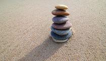 Steinturm auf Sand von buellom