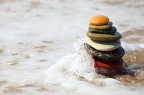 Turm aus Steinen im Wasser von buellom