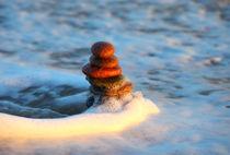 Turm aus Steinen in der Welle von buellom