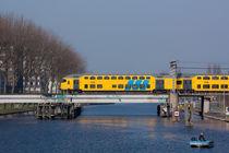 Train leaving the city of Purmerend von Alex Voorloop