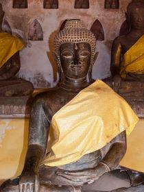 sitzende Buddhastatue mit goldenem Umhang von pictaria