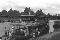 BW China Guilin river boat 1970s von blackwhitephotos