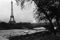 BW France Paris Eiffel tour Seine at dusk 1970s von blackwhitephotos
